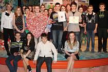 Srdce vyrobené z kartonového papíru a knoflíků předali Járovi spolužáci v pražské Ypsilonce.