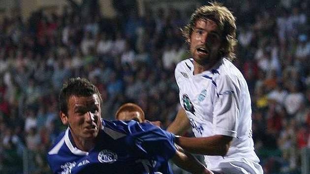 Marian Farbák (vlevo v souboji s boleslavským Sedláčkem) si zřejmě užije hry ve vzduchu dost a dost - Jablonečtí mají výtečné hlavičkáře.