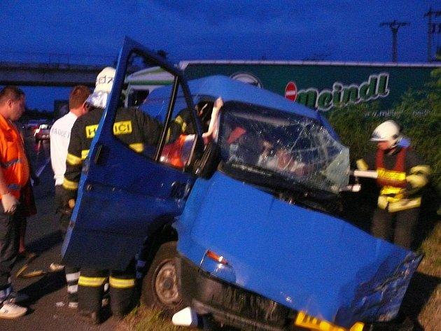 Hasiči při nehodě na R7 vyprošťovali z automobilu zaklíněného řidiče.