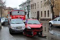 V Kladně u divadla se po desáté hodině srazila tři auta.