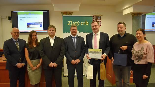 V krajské soutěži Zlatý erb 2019 obsadilo Slaný 2. místo. Starosta Slaného Martin Hrabánek třetí zprava.