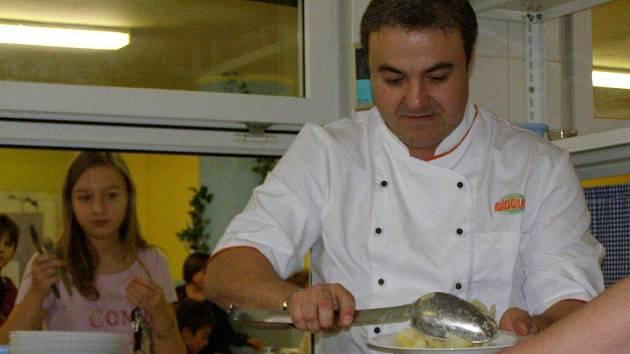 V Základní škole v Moskevské ulici v Kladně měli v pondělí vzácnou návštěvu. Oběd sem přijel uvařit herec Martin Zounar.