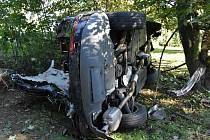 Audi vyletělo ve vysoké rychlosti ze silnice a skončilo v zahradě.