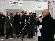 PŘI SLAVNOSTNÍM otevření parkovacího domu nechyběl ani bývalý i současný zastupitel Stanislav Berkovec (ANO) (u mikrofonu), který stavbu tehdy vychvaloval. Jako jeden z prvních se posléze postavil na stranu odpůrců.