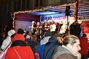 Česko zpívalo koledy také ve Slaném před 3. ZŠ.
