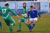 Slaný (v modrém) porazilo Tatran Rakovník až po penaltách. Zprava Trnka, Verner a Nesládek
