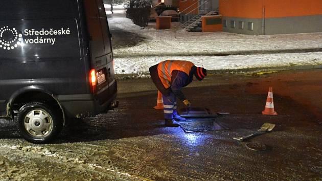 Havárie vodovodního potrubí ve Slaném v sídlišti Na Dolíkách ve středu odpoledne.