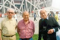 Před pekingským olympijským stadionem Ptačím hnízdem se nechali zvěčnit  ping–pongoví veteráni Vladimír Buchta, František Preiss a Josef Cipra.
