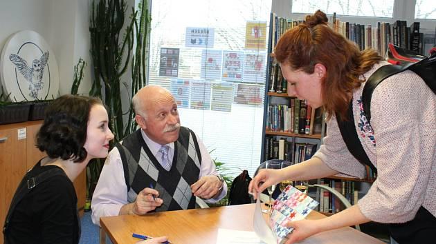 Zájemci si mohli odnést knihu s podpisem a věnováním Luboše Veverky a Kateřiny Buriánkové.