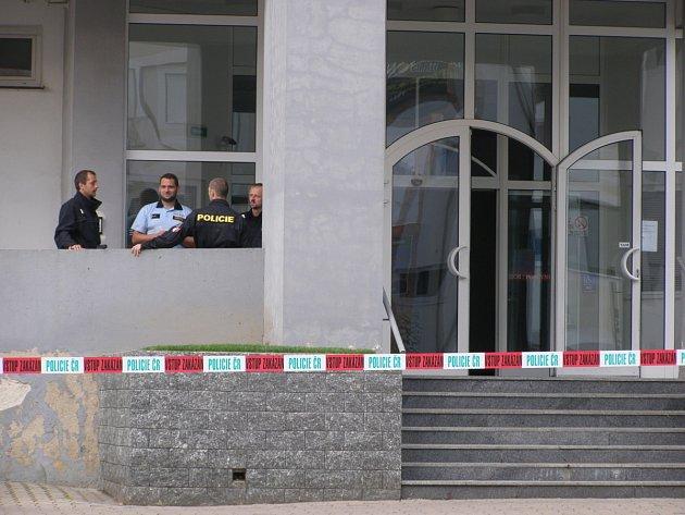 Policie prohledávala budovu.
