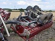 Nákladní vozidlo s vlekem se podařilo vyprostit až v pátek odpoledne těžkou technikou.