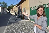 Soukromník postavil v Zákolanech zátarasy, autobusy místem neprojedou. Na snímku starostka Zákolan Lucie Wittlichová.