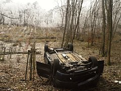 Vozidlo Citroen se řítilo ze třicetimetrového srázu