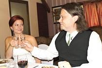 PO ODVOLÁNÍ částečné prohibice si připili mezi prvními na vlastní svatbě ve čtvrtek odpoledne  v restaurantu v Horním Bezděkově čerství novomanželé Jitka a Tomáš z Kladna.