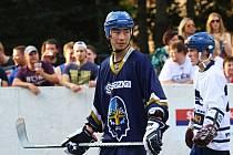 Alpiq Kladno - Rytíři Kladno 4:1, exhibiční utkání hokejbalových mistrů  vs. hokejisté Rytíři Kladno, v akci Japonec Miura