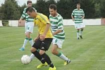 Lhota (v zelenobílém) zvládla perfektně zápas v Cerhovicích a vyhrála tam 4:0.