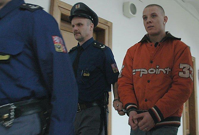 Z ublížení na zdraví, které by soud mohl posoudit i přísněji jako pokus o vraždu, se před Krajským soudem v Praze zpovídá Jakub Lamka. Loni v srpnu se v Kladně porval – následně si zašel domů pro nůž a zaútočil.