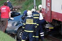 Mladou ženu vyprošťovali zpod vlaku záchranáři déle než hodinu. Oživovací pokusy už ale byly marné