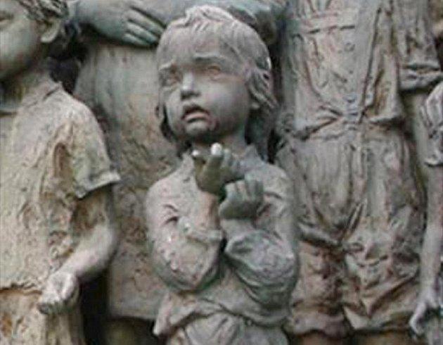 Ukradená socha holčičky je metr  vysoká.