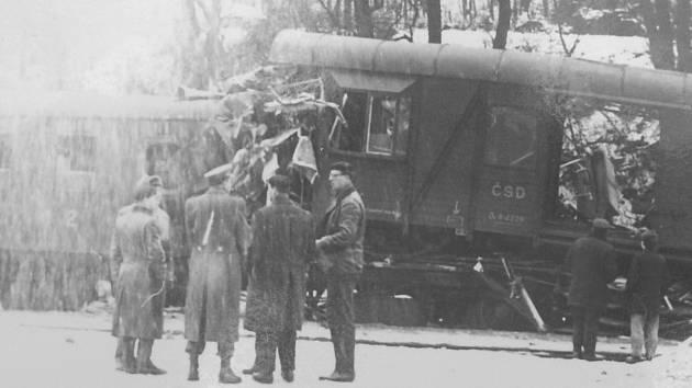 HROMADA ŠROTU ZBYLA Z VLAKŮ, které se před padesáti lety srazily na nádraží v Zákolanech.