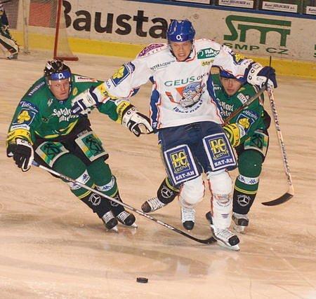 Tomáš Horna v obležení karlovarských Petra Mudrocha (vlevo) a Vítězslava Bílka. Jeho gól v přípravě do sítě Energie byl nadlouho poslední, útočníka Kladna čeká operace kolena.