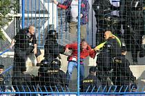 Většina rowdies z Brna prohru moravského klubu neviděla. Zhruba v desáté minutě prvního poločasu policisté a pořadatelé celý sektor vyklidili.