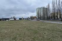 Pozemek v sousedství Růžového pole v Kročehlavech, kde by mohl stát mrakodrap.