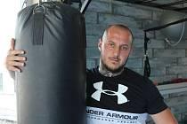 Michal Vacek (Mystery Kladno) se chystá na utkání s Janem Tothem z Hakim Gymu Kladno v kladenské Oaze.