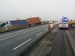 Nehoda se stala v úseku dočasného zúžení kvůli opravě povrchu komunikace.