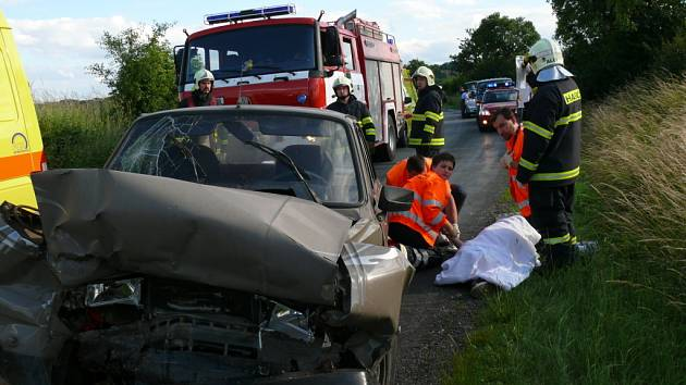Při nehodě nedaleko Smečna se srazily dva osobní automobily. Zranilo se zde pět lidí.