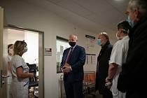 Snímky z páteční návštěvy ministra zdravotnictví Romana Prymuly v kladenské nemocnici.
