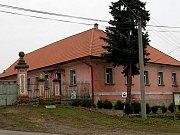Budova někdejšího statku v Lisovicích kde bude odhalena deska Janu Malypetrovi.