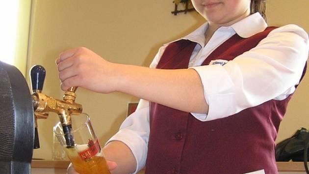 Ve Střední škole řemesel a služeb ve Stochově se dnes uskutečnil již 8. ročník soutěže mladých výčepních Krušovické čepování.