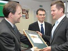 Cenu za třetí místo v kategorii nejlepších elektronických služeb v krajském kole soutěže Zlatý erb převral náměstek kladenského primátora Miroslav Vacek (vpravo).