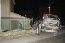Řidič způsobil škody jak na majetku startosty obce Běleč, tak na svém voze.