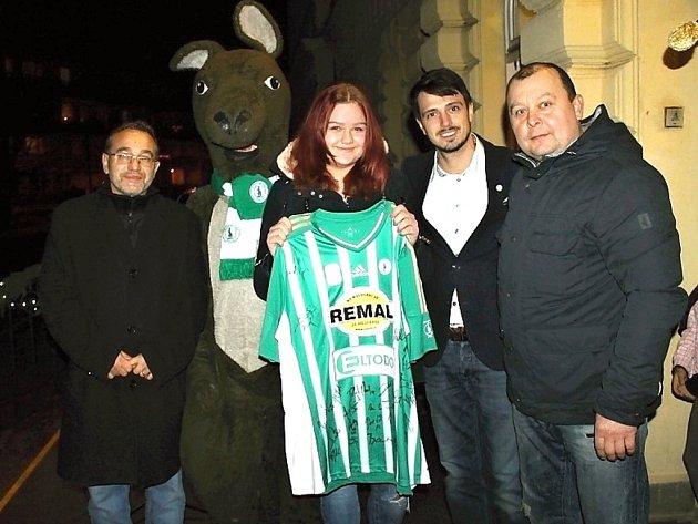 MANAŽER KLUBU Josef Dobeš (zleva), autorka vítězného loga Adéla Veselá, majitel Klubu Darek Jakubovič a předseda oddílu kopané TJ Velvary David Vedral.