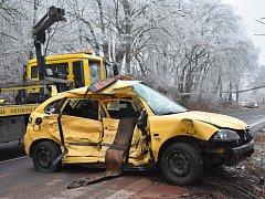 Zdemolované auto po tragické nehodě u Řevničova