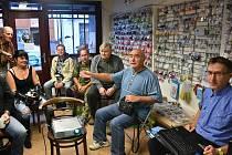 Přednáška Josefa Slavíka (zcela vpravo) se konala ve slánském Kreativním světě v Kynského ulici.