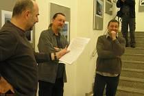 Výstavu Lukáši Klimentovi (vpravo) zahájil a pohovořil o ní Josef Moucha. Jak se z reakcí autora zdá, velice vtipně (vlevo).
