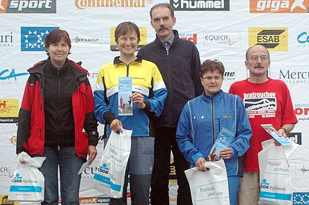 Vyhlášení kategorií D55 a H55 ve sprintu. Na nejvyšším stupni jsou J. Cabrnoch (KOB Kladno),  dále zleva: M. Procházková (Dobřichovice), E. Horynová (Zlín), J. Omová (Turnov ) a J. Erlebach (Jilemnice).