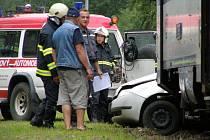 Tragédie na nechráněném železničním přejezdu v Neuměřicích. Při srážce vlaku a osobního automobilu jeden člověk zemřel.