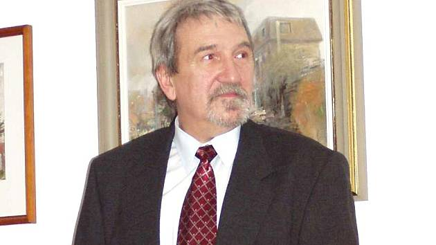 Jiří Karas představuje své obrazy na Obecním úřadu ve Hřebči.