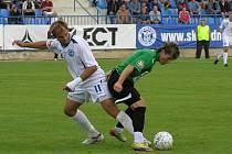 Útočník Kladna Jaromír Šilhan na svůj první ligový gól stále čeká. Na snímku bojuje s jabloneckým Lukášem Váchou.