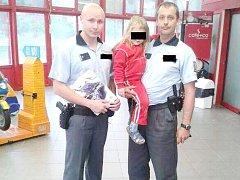 MAMINKA KAROLÍNKY je kladenským policistům Tomáši Veselému a Petra Jareše velmi vděčna, jelikož našli její malou dceru.