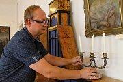 Ředitel slánského muzea Jan Čečrdle ve výstavní síni, kde expozice probíhá.
