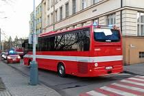 Evakuační autobus u budovy pošty.
