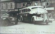 Autobus, který přivezl lidické ženy z Ravensbrücku přes Berlin, Kladno domů do Lidic. Fotografie zachytila lidické ženy při zastávce na slánském náměstí dne 2.června 1945.