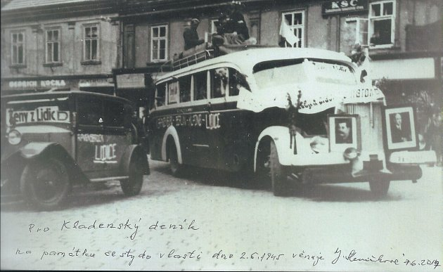 Autobus, který přivezl lidické ženy zRavensbrücku přes Berlin, Kladno domů do Lidic. Fotografie zachytila lidické ženy při zastávce na slánském náměstí dne 2.června 1945.