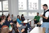 Projekt Bankéři jdou do škol. Na snímku přednáší marketingový ředitel jedné z nejnovějších bank v Česku Jakub Petřina.