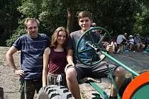 Tomáš Kajpr z Bratronic se svými dětmi Karolínou a Antonínem a rodinným traktorem Svoboda 12.